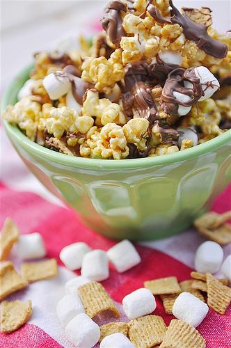 S'mores Caramel Popcorn - so delicious and simple to make. via www.thirtyhandmadedays.com