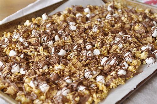 S'mores Caramel Popcorn - so delicious and simple to make. via www.thirtyhandmadedays.com Step 2