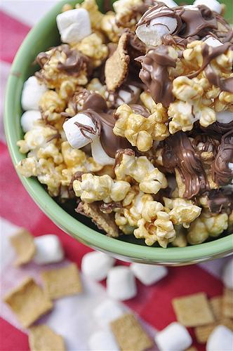S'mores Caramel Popcorn - so delicious and simple to make. via thirtyhandmadedays.com
