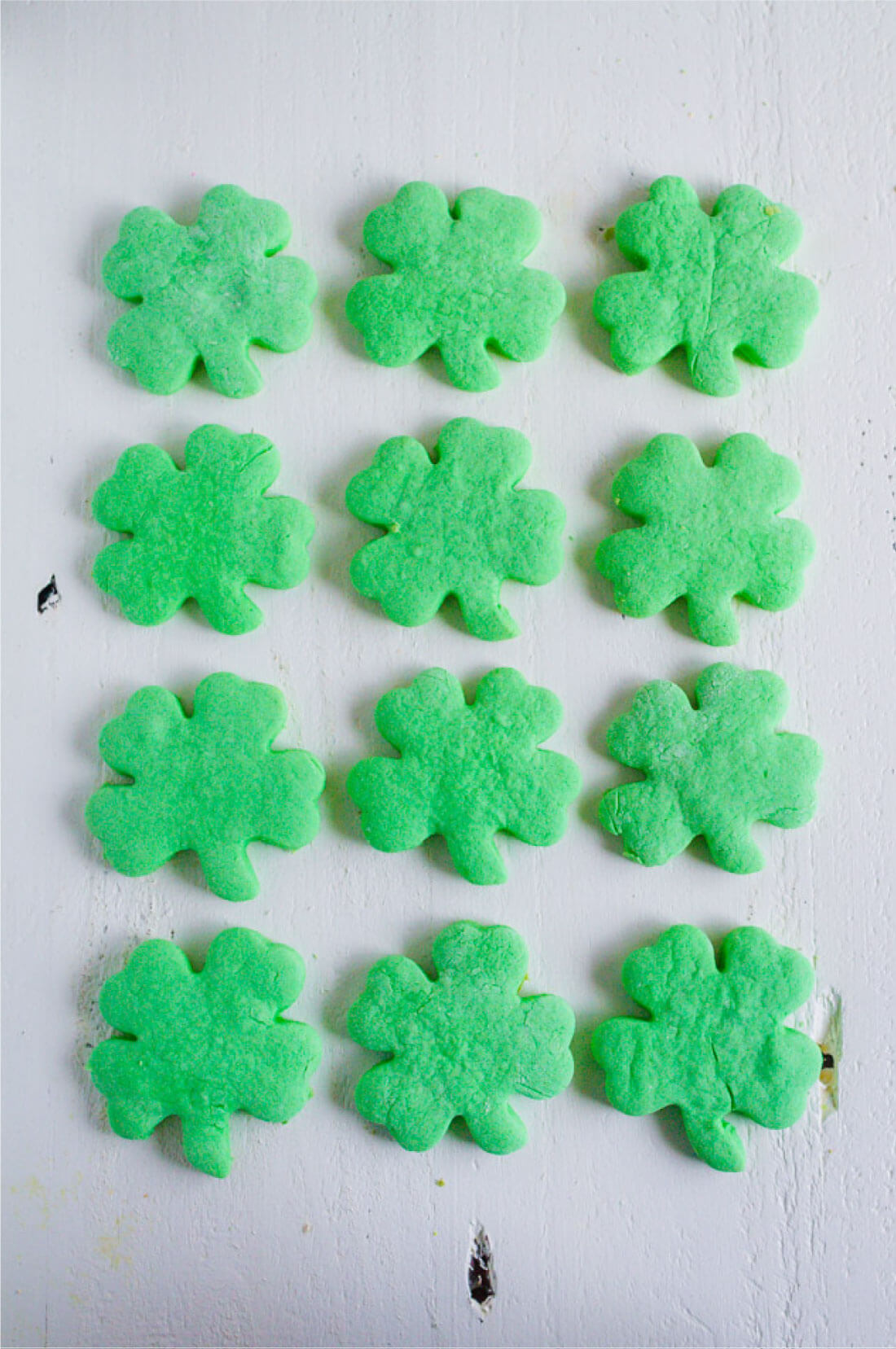Shamrock Cookies -make these simple St. Patrick's Day treats to celebrate the holiday. from www.thirtyhandmadedays.com