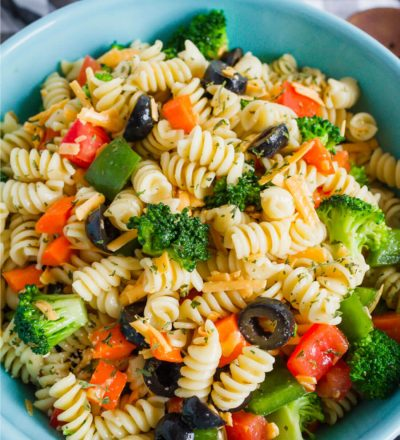 Mom's Pasta Salad Recipe – one of my all time favorites.  via www.thirtyhandmadedays.com