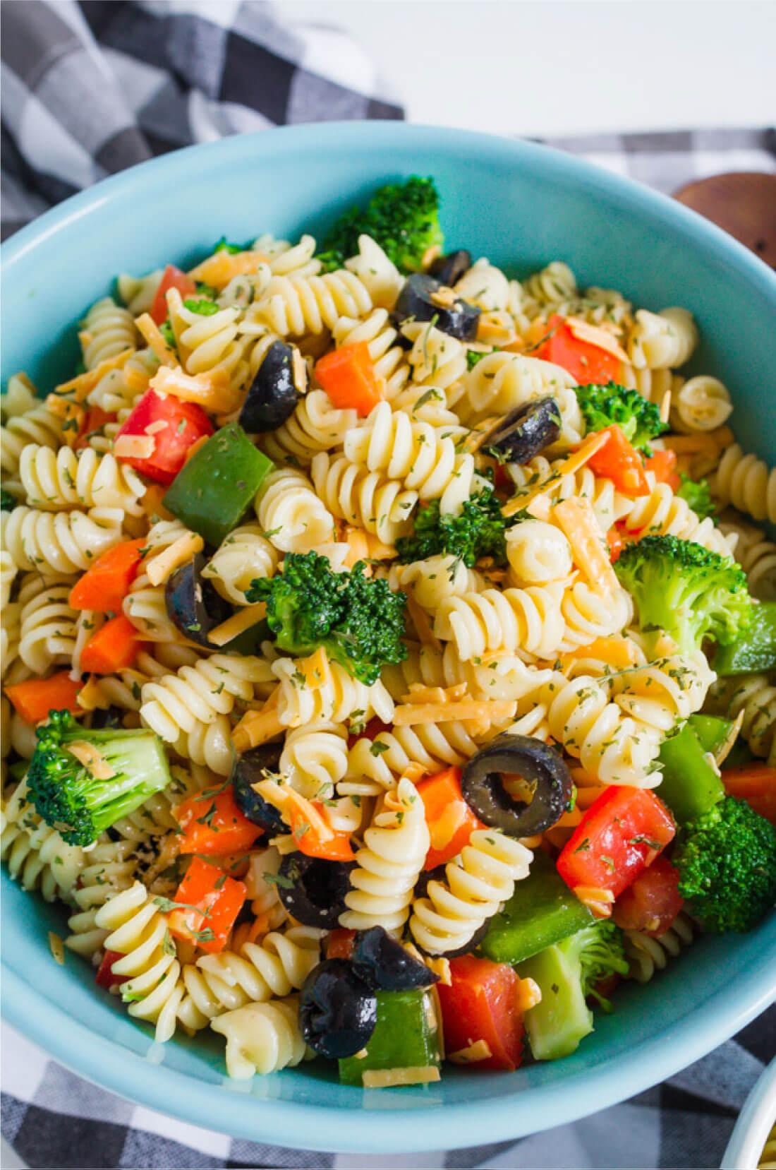 Mom's Pasta Salad Recipe - one of my all time favorites. via www.thirtyhandmadedays.com
