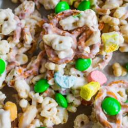 St. Patrick's Day Food - make this easy snack mix to celebrate the holiday. via thirtyhandmadedays.com