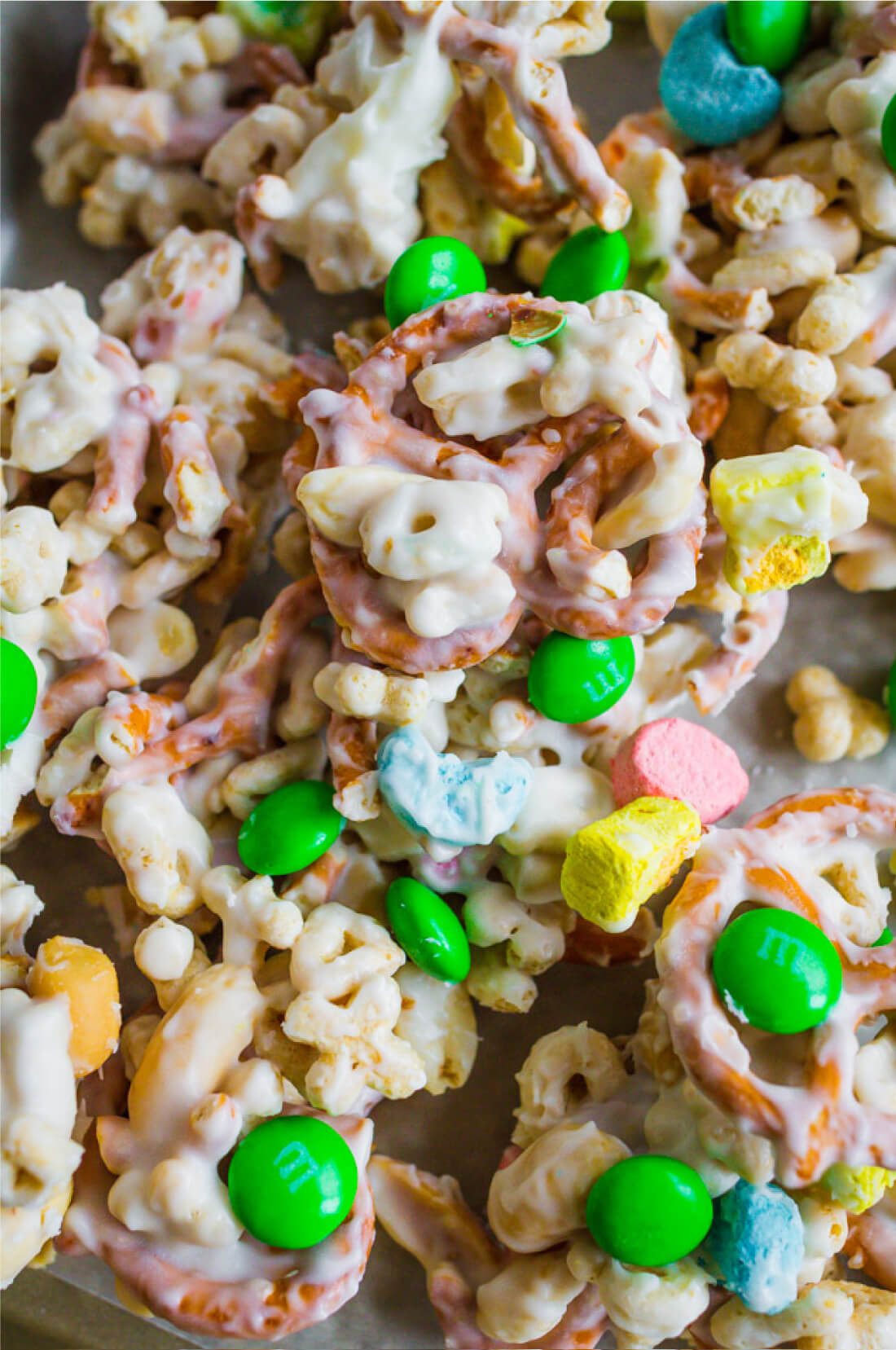 St Patrick's Day Food - make this easy snack mix to celebrate the holiday. via thirtyhandmadedays.com