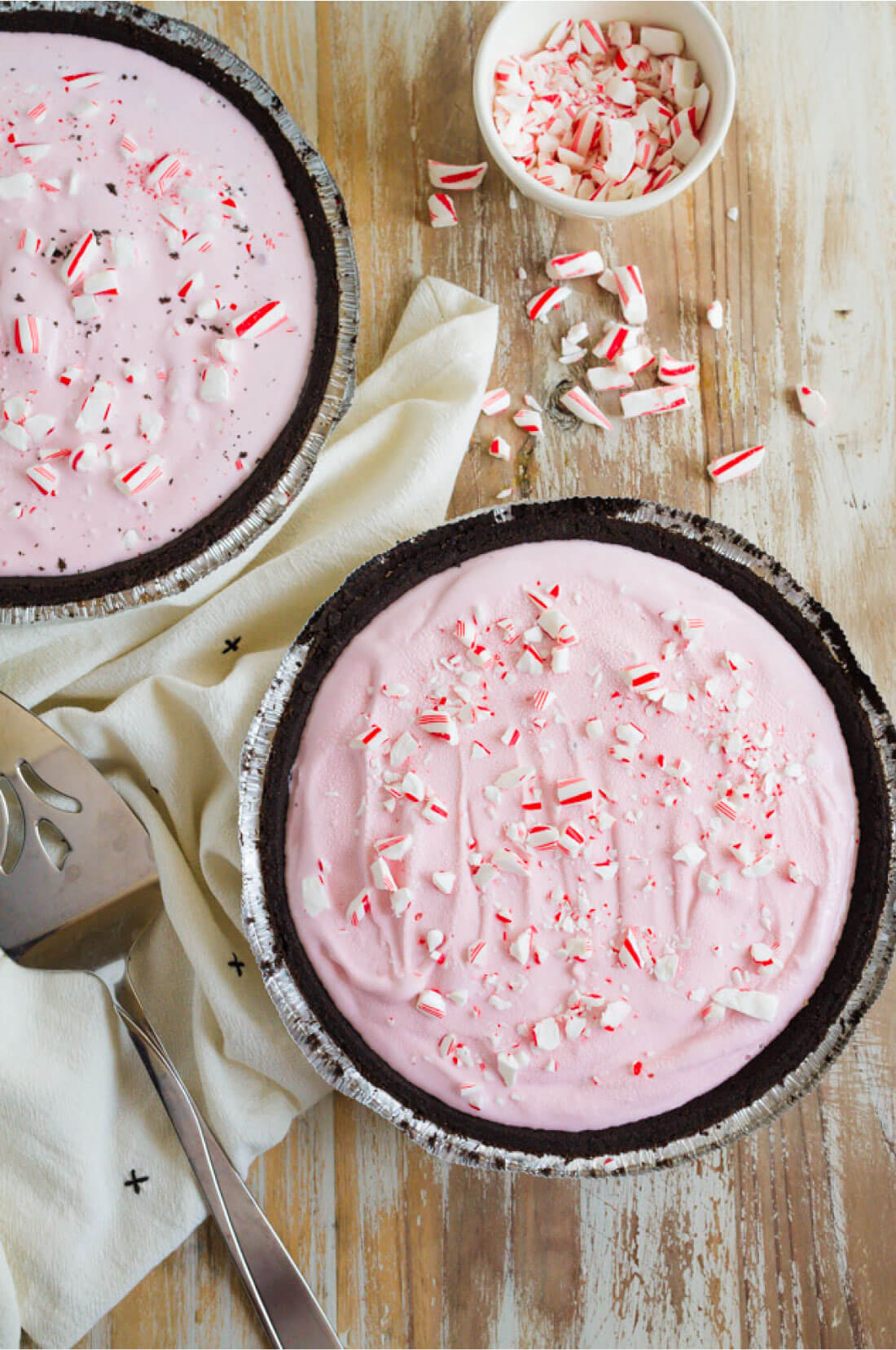 3 Ingredient Frozen Peppermint Pie - you only need a few things to make this amazing pie! So good for winter via thirtyhandmadedays.com