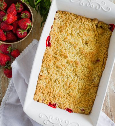 Strawberry Dump Cake - the easiest dessert recipe you'll ever make! www.thirtyhandmadedays.com