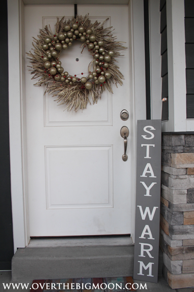 Have fun making these Christmas signs - they are double sided and can stay up through the winter! Stay Warm side via www.thirtyhandmadedays.com