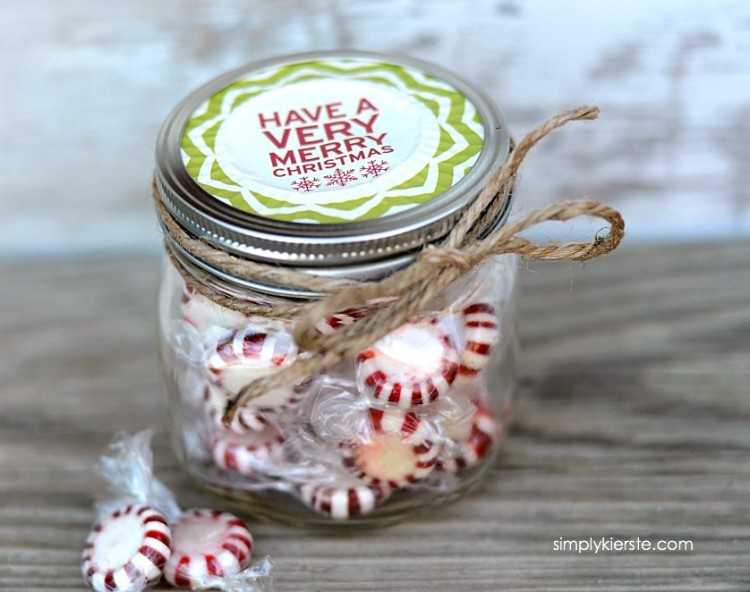Super cute mason jar gifts - use this adorable idea to dress up all kinds of Christmas gifts. Would be perfect for gift cards too! via thirtyhandmadedays.com