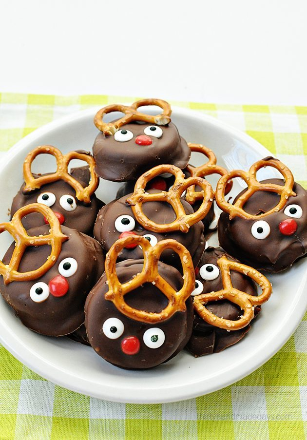 Super easy and fun reindeer peanut butter Ritz holiday cookies thirtyhandmadedays.com