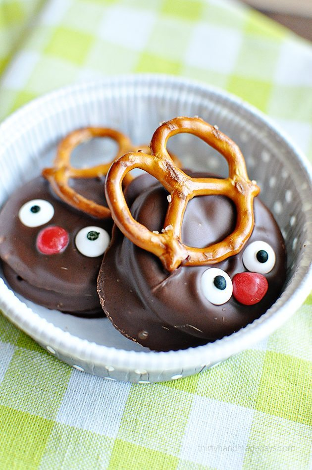 Super easy and fun reindeer peanut butter Ritz holiday cookies in container thirtyhandmadedays.com