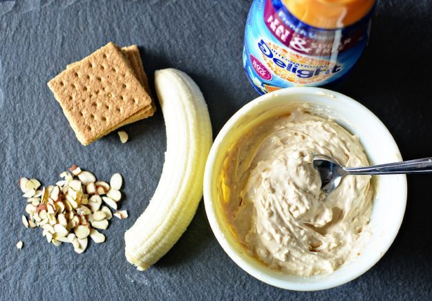 Caramel Banana Grahams- I put all my favorite things into one delicious bite. Must try dessert! www.thirtyhandmadedays.com