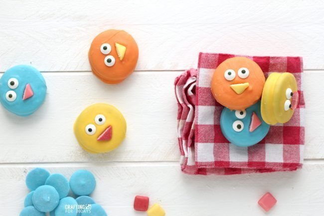 The cutest Spring Chick Oreos  - a fun, easy dessert to make!  from CraftingE via www.thirtyhandmadedays.com