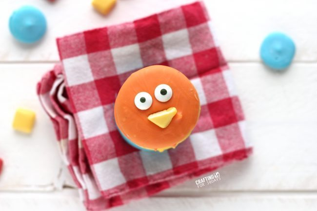 The cutest Spring Chick Oreos  - a fun, easy dessert to make!  from CraftingE via thirtyhandmadedays.com