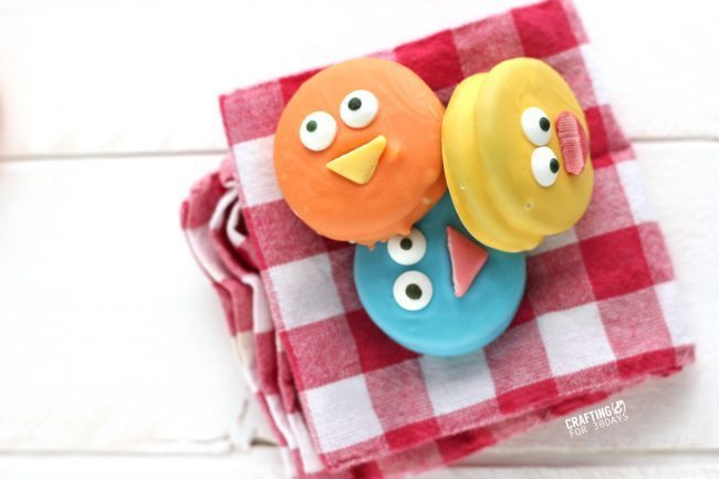 The cutest Spring Chick Oreos  - a fun, easy dessert to make!  from CraftingE at thirtyhandmadedays.com