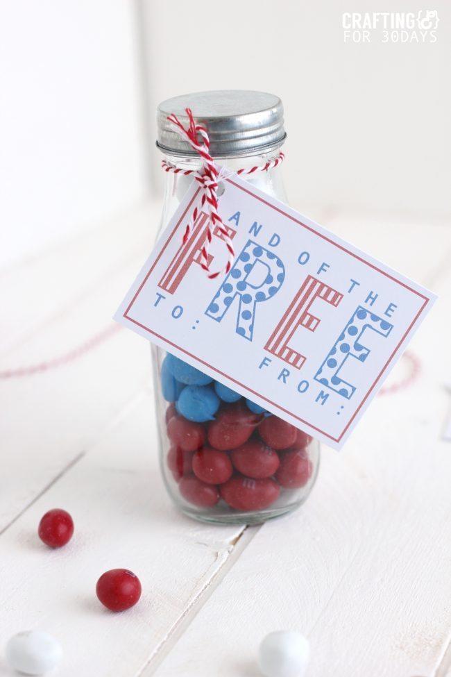 4th of July Gift Idea- cute jar with printable.  CraftingE via www.thirtyhandmadedays.com