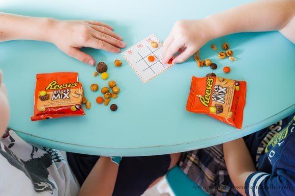 Cute tic tac toe game for back to school using Reese's Snack Mix via www.thirtyhandmadedays.com
