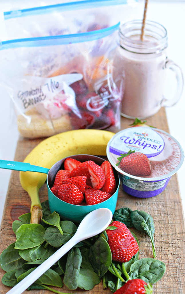 These freezer smoothie packs are so simple to make ahead. They make getting ready for school easy and healthy too! via www.thirtyhandmadedays.com