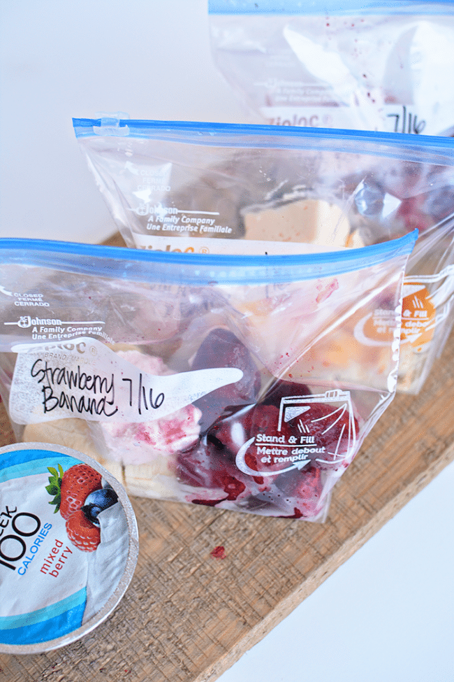 These freezer smoothie packs are so simple to make ahead. They make getting ready for school easy and healthy too! from www.thirtyhandmadedays.com