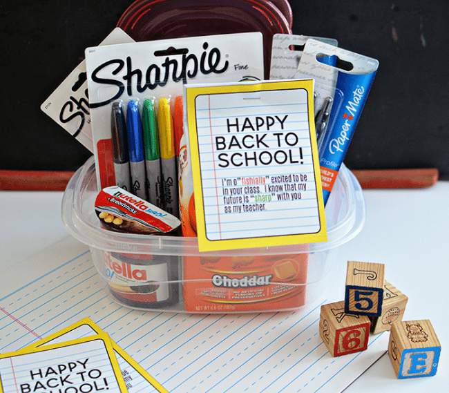 Back to School Teacher Gift Idea- free printable included to make your new teacher feel special! via www.hirtyhandmadedays.com