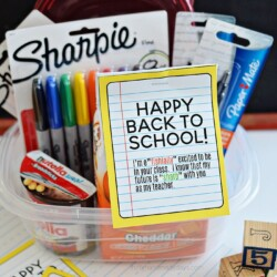 Back to School Teacher Gift Idea- free printable included to make your new teacher feel special! www.thirtyhandmadedays.com