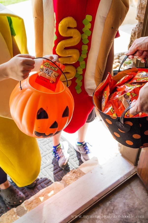 Helpful tips for Halloween Trick-or-Treating with Reese's Snack Mix via www.thirtyhandmadedays.com