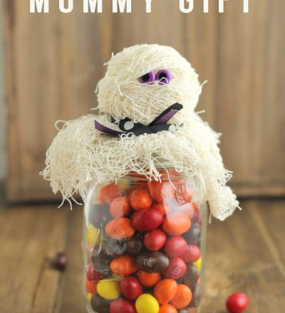 Halloween Mason Jar Mummy Gift- a fun way to jazz up a mason jar and turn it into a treat via thirtyhandmadedays.com