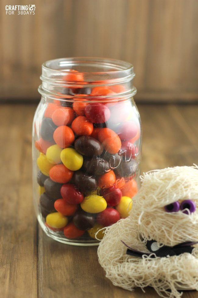 Halloween Mason Jar Mummy Gift- a fun way to jazz up a mason jar and turn it into a treat from thirtyhandmadedays.com