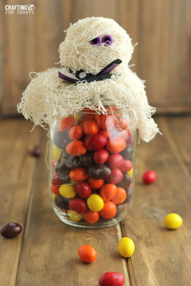 Halloween Mason Jar Mummy Gift- a fun way to jazz up a mason jar and turn it into a treat www.thirtyhandmadedays.com