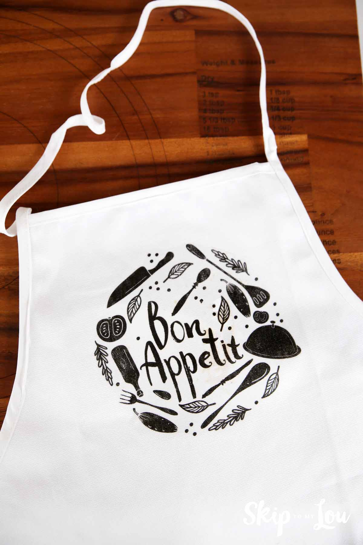 Gift Idea: Easy DIY Apron-- make this cute apron for the holidays for someone who loves to cook!