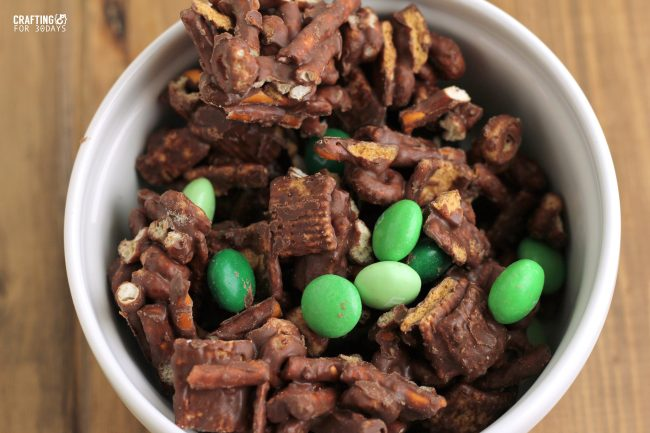 Perfect for St. Patrick's Day, make this Mint Chocolate Snack Mix! From CraftingE for www.thirtyhandmadedays.com