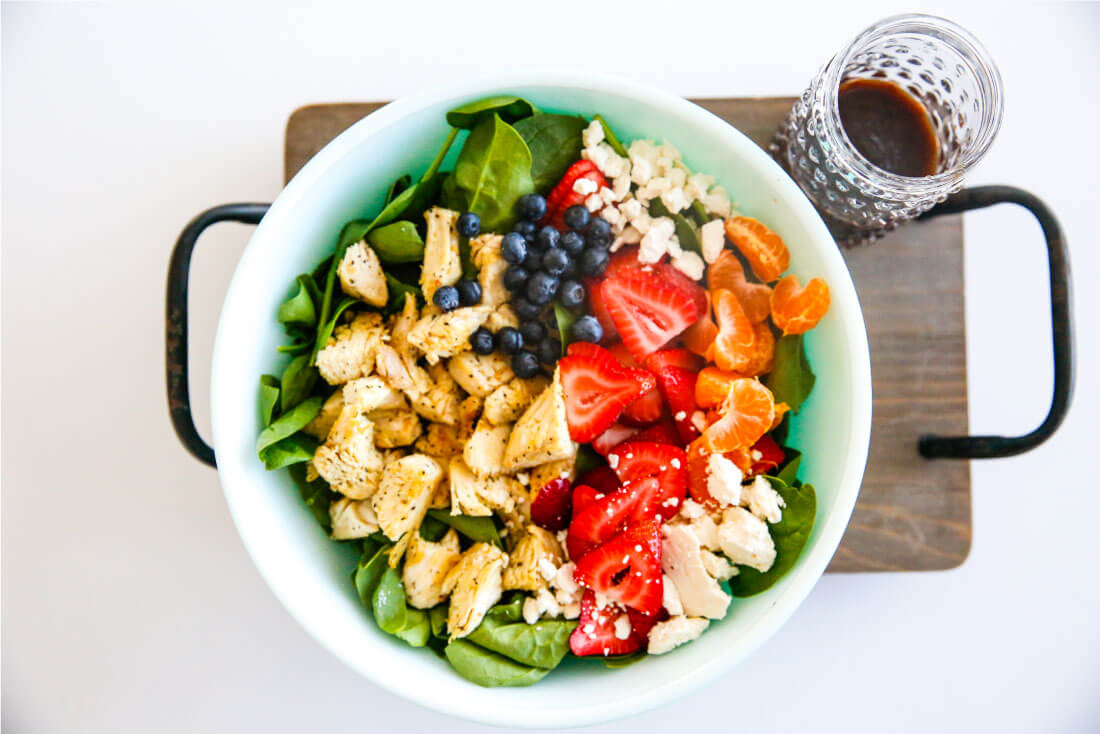 Berries and Chicken Spinach Salad - a tasty, healthy salad that is super easy to make. via www.thirtyhandmadedays.com