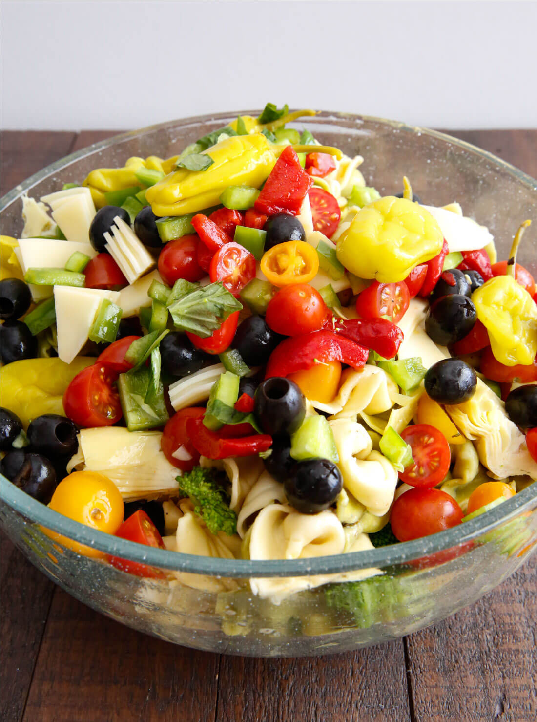 An awesome Italian salad with tortellini, vegetables meats and cheese. This Italian Tortellini Salad will be a huge hit wherever you take it! Perfect potluck dish. Pre-toss. www.thirtyhandmadedays.com