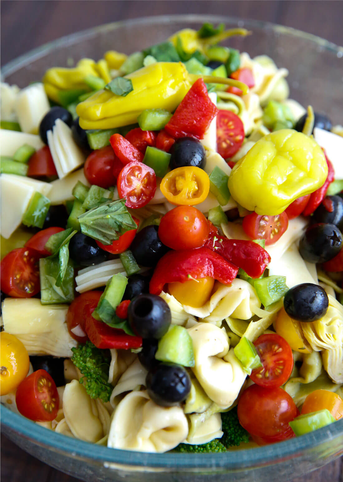 An awesome Italian salad with tortellini, vegetables meats and cheese. This Italian Tortellini Salad will be a huge hit wherever you take it! Perfect potluck dish. Pre-toss. via www.thirtyhandmadedays.com