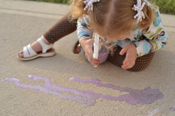 Spray Chalk - fun activity for kids! via thirtyhandmadedays.com (spraying the ground)