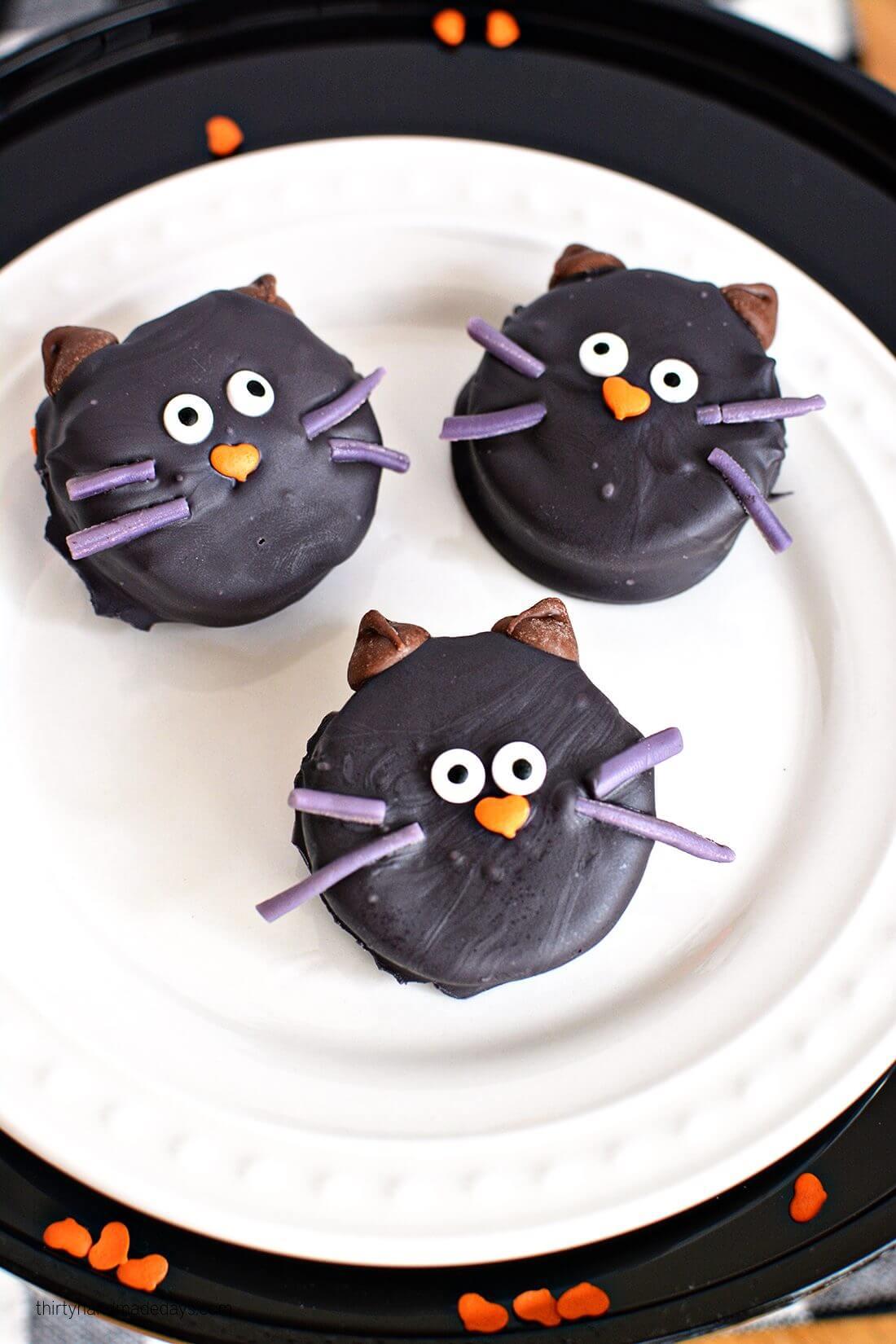 Make cute Halloween Oreo Kitties! Easy how to from thirtyhandmadedays.com