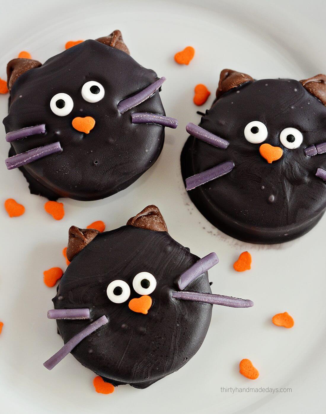 Make cute Halloween Oreo Kitties! Easy how to from www.thirtyhandmadedays.com