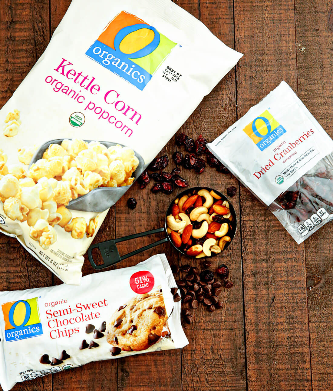 Holiday Kettle Corn Snack Mix - make this treat for friends and neighbors for Christmas! Ingredients from www.thirtyhandmadedays.com