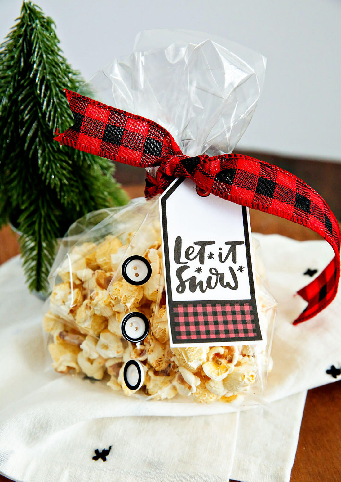 Holiday Kettle Corn Snack Mix - make this treat for friends and neighbors for Christmas! With cute printable from www.thirtyhandmadedays.com
