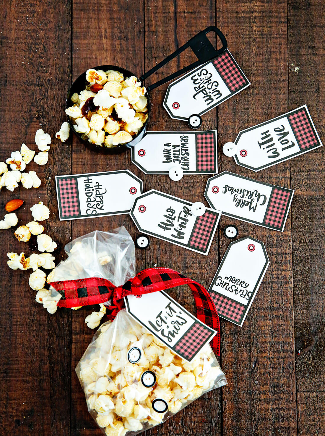 Holiday Kettle Corn Snack Mix - make this treat for friends and neighbors for Christmas! With cute printables from www.thirtyhandmadedays.com