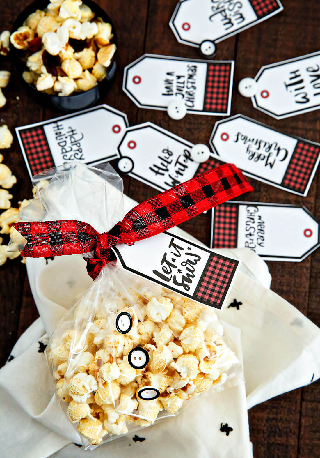 Holiday Kettle Corn Snack Mix - make this treat for friends and neighbors for Christmas! With cute holiday printables from www.thirtyhandmadedays.com