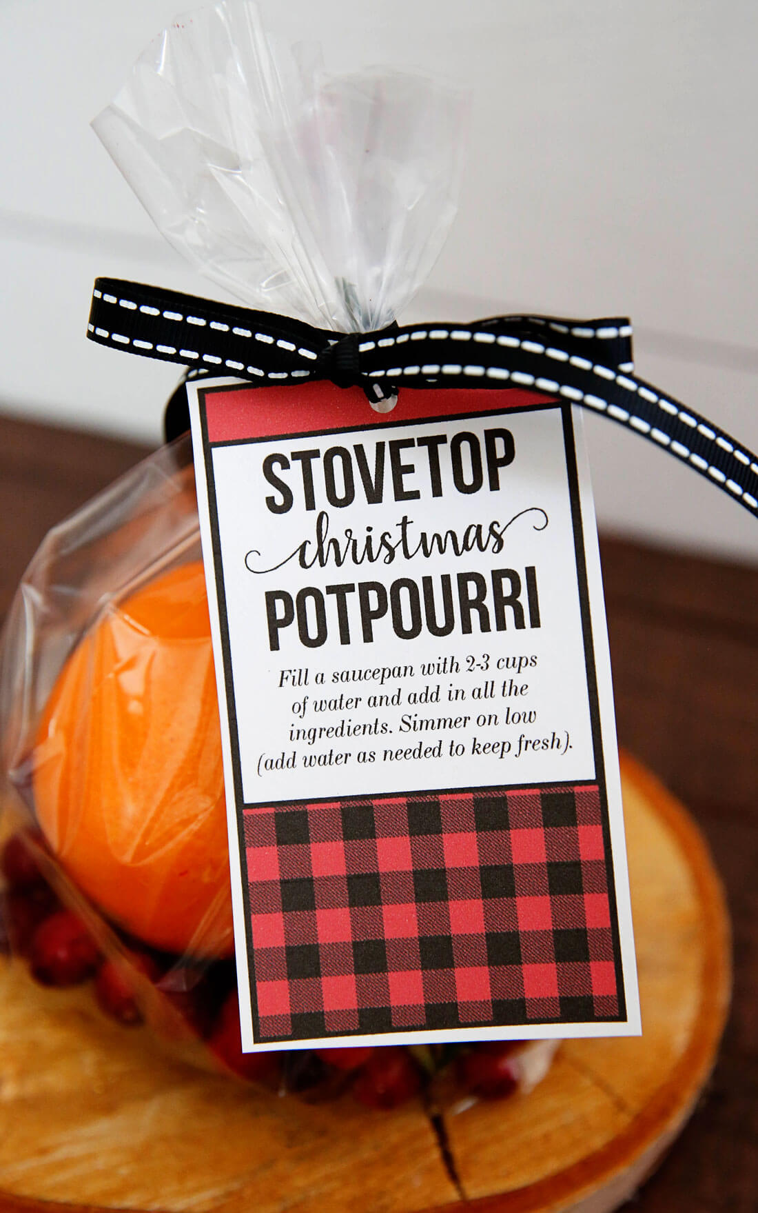 Stovetop Christmas Potpourri - make this and your house will smell AMAZING! It's like Christmas in a pot. from www.thirtyhandmadedays.com