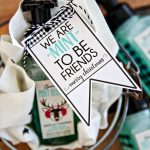 "We're ""mint to be friends"" Christmas tags - download these cute printable tags via www.thirtyhandmadedays.com"