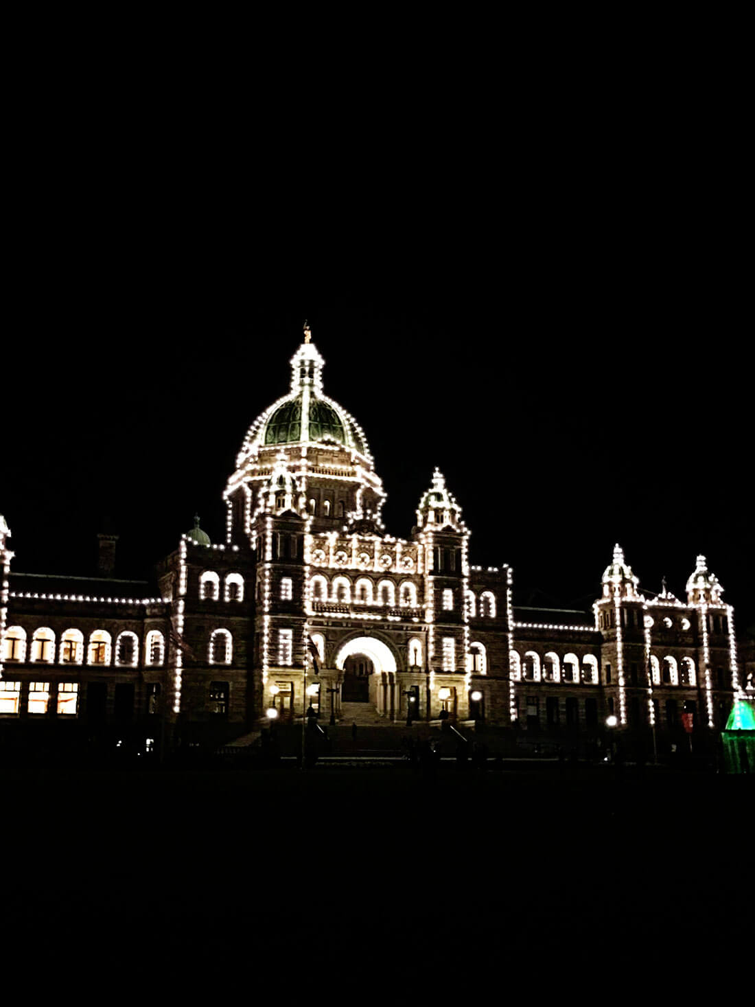 What to Do in Victoria British Columbia - fun things to do - visiting the Parliament www.thirtyhandmadedays.com